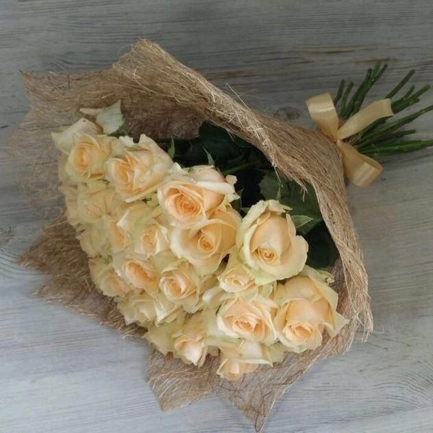 29 кремовых роз в сизали