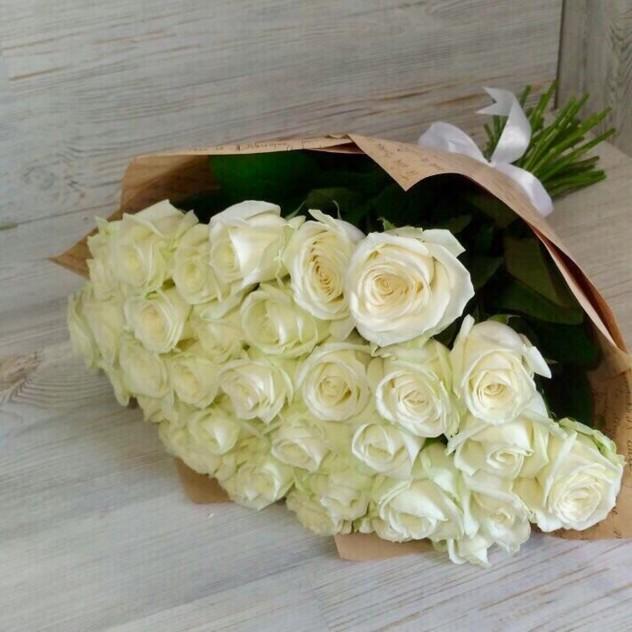 29 белых роз в сизали