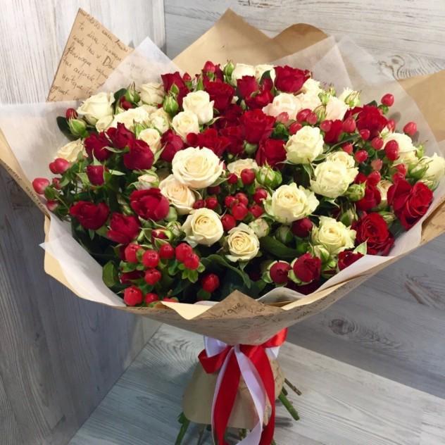 Кустовые розы с ягодами
