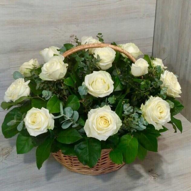 Корзина из 19 белых роз