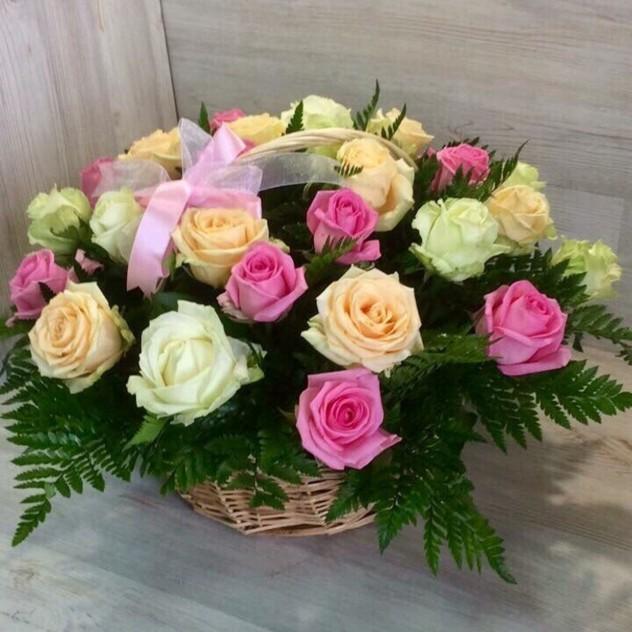 Корзина из 29 разноцветных роз