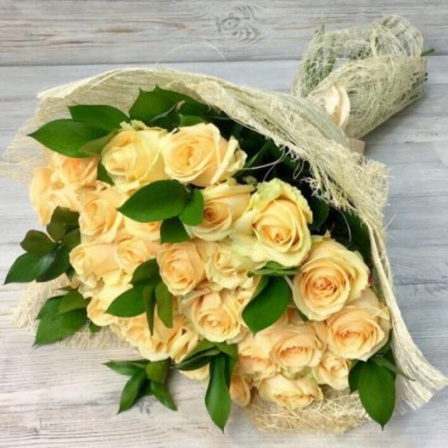 31 кремовая роза с рускусом