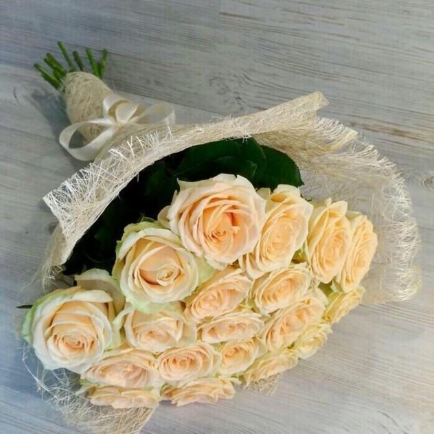 19 кремовых роз в сизали