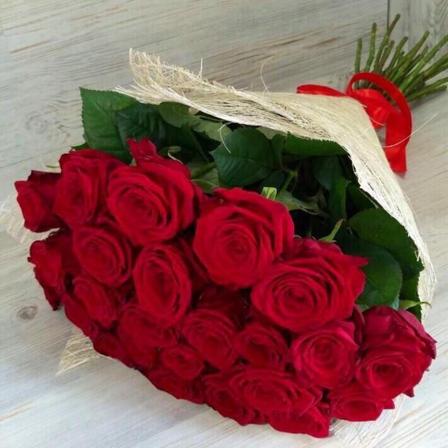 19 красных роз в сизали