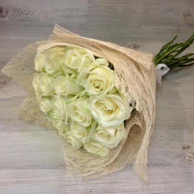 19 белых роз в сизали