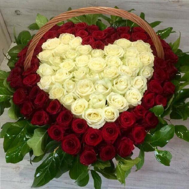 Корзина из 101 красной и белой розы в виде сердца