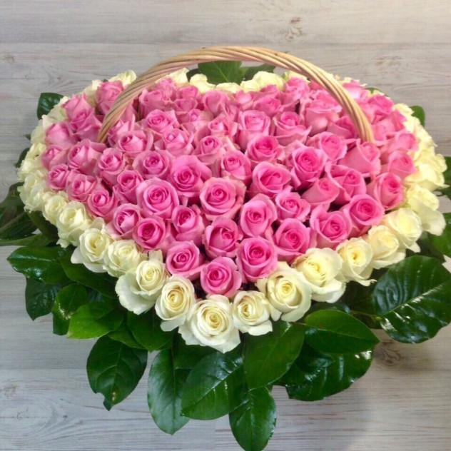 Корзина из 101 розовой розы в виде сердца