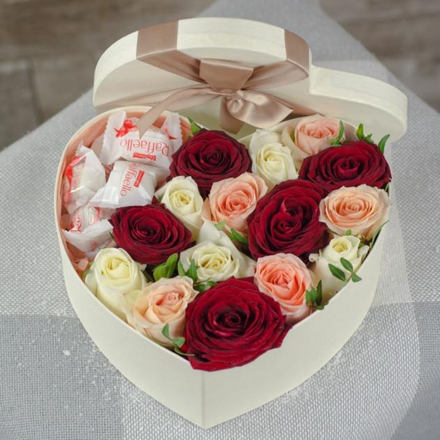 Коробочка роз с конфетами 2
