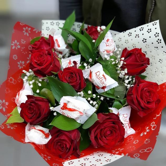 """Букет цветов с конфетами """"Рафаэль"""""""